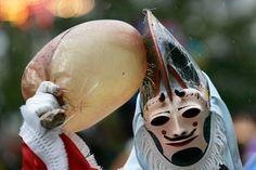 Fotos: Diez escenas de Carnaval en España | El Viajero | EL PAÍS Spain Culture, Les Religions, Garden Sculpture, Wrestling, Summer, Masks, Outdoor, Fictional Characters, Folklore
