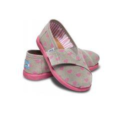 حذاء بناتي قماش من ماركة تومز اصلية موضه فاشن ازياء قلوب وردي رمادي متجر باتز اطفال بنات مواليد  http://www.pattz.com/baby-shoes/shoes-pink-hearts-toms-kids-children-girl