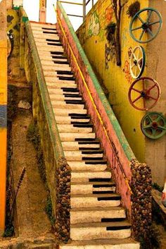 So quirky! Don't think it would suit every household but if you have a french style home it may still be a nice idea! Of course it is certainly for those piano players / music lovers! stairs painted like a piano keyboard Stairway To Heaven, Stairway Art, Piano Stairs, Basement Stairs, Porch Stairs, Exterior Stairs, Outdoor Stairs, Outdoor Art, Indoor Outdoor