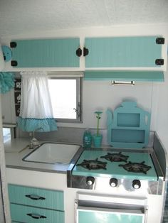 149 Vintage Camper Trailer Makeover and Remodel - Homearchitectur Caravan Vintage, Vintage Rv, Vintage Campers Trailers, Retro Campers, Camper Trailers, Happy Campers, Vintage Caravans, Vintage Trailer Decor, Retro Rv