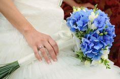 Blau-weißer Brautstrauß mit Hortensien und Tulpen, lange Stiele