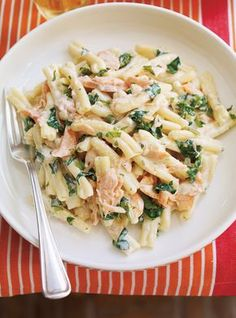 Pasta with Salmon Searching for a creamy and comforting dish? Look no further than this salmon dish.Searching for a creamy and comforting dish? Look no further than this salmon dish. Salmon Pesto Pasta, Salmon Pasta Recipes, Salmon Dishes, Spinach Pasta, Seafood Recipes, Cooking Recipes, Healthy Recipes, Pizza Recipes, Soup Recipes