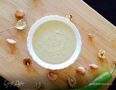 Грузинский ореховый соус (ბაჟე). Ингредиенты: грецкие орехи, чеснок, лук репчатый