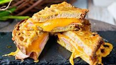 Smørstekt toast med ost og skinke