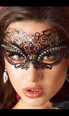 Sinta-se como uma verdadeira princesa num baile de máscaras veneziano e descubra o poder oculto que esta máscara tem sobre o seu parceiro. A intriga irá dominá-lo e ele desejará descobrir quem é que realmente se esconde atrás da misteriosa máscara. Lace Masquerade Masks, Masquerade Party, Masquerade Costumes, Beyond The Mask, Carnival Of Venice, Female Mask, Mask Girl, Lace Mask, Venetian Masks