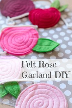 Just in time for Valentines Day I am sharing with you this super fun, super easy felt rose garland DIY to bring a touch of sweet to a. Felt Roses, Felt Flowers, Fabric Flowers, Paper Flowers, Rose Garland, Felt Garland, Diy Garland, Felt Diy, Felt Crafts