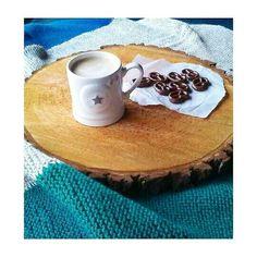 Kawa biała czy czarna? #coffee#czwartek#precelki#białakawa#giovedi#thursday#kubekzgwiazdka#instacoffee#czekolada#dolce#porannakawa#loveit#decomoose#freetime#photo#kubek#kubekkawy#mug by decomoose