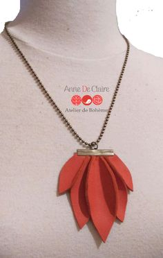 Collier fleur de lotus en cuir et chaколие ine bille bronze : Collier par annedeclaire Diy Leather Earrings, Diy Earrings, Diy Necklace, Leather Jewelry, Leather Craft, Necklaces, Paper Jewelry, Fabric Jewelry, Jewelry Crafts
