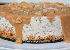 Snickerscheesecake. Jag blandade allt jag gillade på denna cheesecake : Choklad, salta jordnötter, söt kolakräm ochdet blev faktist hel galet gott , bland de godaste jag gjort. Candy Recipes, Baking Recipes, Dessert Recipes, Snickers Cheesecake, Cheesecake Recipes, Swedish Recipes, Sweet Recipes, Cookie Cake Pie, No Bake Desserts