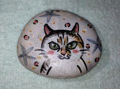 作品  猫のイラスト寸法  87×72×25m/m重量  240g素材  石、ラッカー塗料※ペーパーウェイトとして使えます。|ハンドメイド、手作り、手仕事品の通販・販売・購入ならCreema。
