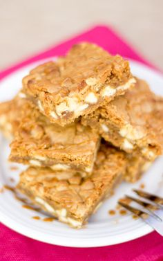 These Biscoff White Choc Chip Blondies are amazing! Gorgeous Biscoff spread incorporated into gooey blondies with white choc chips. Christmas Desserts, Fun Desserts, Blondies Cookies, Biscoff Recipes, Tray Bake Recipes, Puff Pastry Recipes, Chips Recipe, Baking Tins, White Chocolate Chips