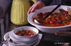 Die Würste mit einem spitzen Messer der Länge nach einschneiden, die Haut abziehen und die Würste in 5 mm dicke Scheiben schneiden. Paprika mit einem Sparschäler schälen, halbieren, putzen und in mundgerechte Stücke schneiden. Erdäpfel und Sellerie... Ratatouille, Ethnic Recipes, Food, Soups And Stews, One Pot, Browning, Olives, Red Peppers, Easy Meals