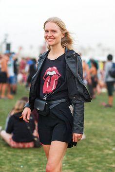 Pochete - Pretinho básico    Para quem tem a pegada mais rock and roll, a tradicional pochete de couro preta combina muito bem com uma jaqueta do mesmo material, aquela camiseta de banda antiga e shorts escuros para arrematar o look.