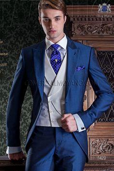 Bleu royale redingote courte italien coupe slim. La tendance bleu royale cette saison, dégage une image décontractée et jeune avec des coupes classiques et élégantes dont le résultat est un style prudent, distingué et impeccable.