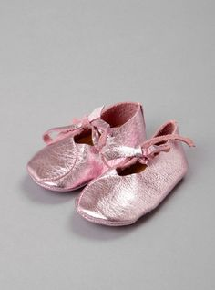 Couverture and The Garbstore - Childrens - Atsuyo et Akiko - Bear Feet metallic leather shoes Fashion Shoes, Kids Fashion, Leather Baby Shoes, Kool Kids, Baby Moccasins, Childrens Shoes, Hot Shoes, Handmade Baby, My Baby Girl