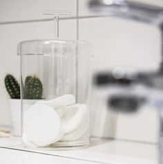 Filigrane Glasdose für dein Badezimmer. Glass Of Milk, Drinks, Food, Glass Jars With Lids, Tablewares, Home Decor Accessories, Full Bath, Food And Drinks, Dekoration