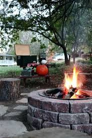 How to host a backyard bonfire with s'mores this fall around your diy fire pit area! Diy Fire Pit, Fire Pit Backyard, Us Labor Day, Wood Burning Fire Pit, Fire Pit Area, Fire Pit Designs, Modern Pergola, Outdoor Living, Outdoor Decor