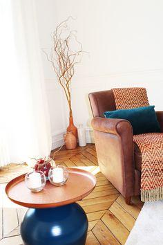 Harmonies de bleu canard et d'orange safran Croissy Sur Seine, Beautiful Homes, Accent Chairs, Orange, Table, Furniture, Home Decor, Teal, House Of Beauty