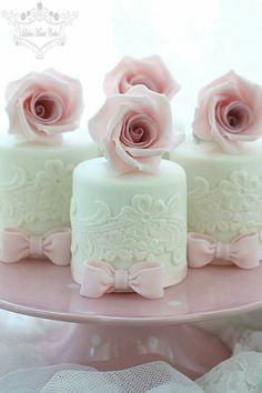 Hochzeit Mini-Kuchen mit Zuckerblumen - Wedding Cakes and beyond - Cake Toppers! Gorgeous Cakes, Pretty Cakes, Cute Cakes, Amazing Cakes, Fancy Cakes, Mini Cakes, Cupcake Cakes, Mini Wedding Cakes, Wedding Cupcakes