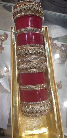 Chura Bridal Jewellery Inspiration, Indian Bridal Jewelry Sets, Bridal Bangles, Indian Bridal Wear, Bangle Ceremony, Bridal Chuda, Antique Jewellery Designs, Jewelry Design Earrings, Mehndi