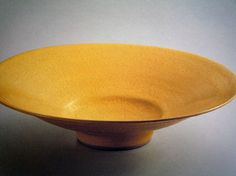 ルーシーの釉薬の美しさを楽しめる、鮮やかな黄釉大鉢。 深みのある黄色が新鮮で目を引きます。