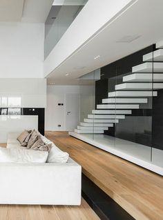 Design scala a rampa moderna, effetto sospeso, struttura in laminato bianco e ringhiera in vetro temperato