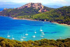La ville d'Hyères-les-Palmiers est un coin de Provence préservé au pied du Massif des Maures et bordée par la Méditerranée.