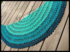 Erikasjalen - free half circle crochet shawl pattern in Swedish by Fingers Croched. The photo tutorial is very thorough, if you're not Swedish but are an experienced crocheter, you may get by on that.