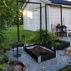 Small garden with raise bed. Pebble steps and fences for vine plants. Garden Living, Garden Cottage, Garden Trellis, Garden Beds, Back Gardens, Outdoor Gardens, Garden Structures, Garden Planning, Backyard Landscaping