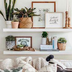 Decor Room, Bedroom Decor, Living Room Shelf Decor, Wall Shelf Decor, Shelving Decor, White Wall Decor, Bedroom Ideas, Living Room Shelving, Design Bedroom