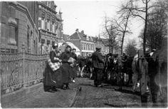 Klederdracht Staphorst op de St. Maartensmarkt in november. Omstreeks 1930, waarschijnlijk de Beestenmarkt, nu (2005) de Harm Smeengekade. Zwolle #Overijssel #Staphorst