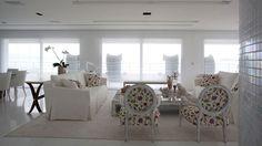 O branco é a cor que representa a paz, estimula a criatividade e traz uma sensação de limpeza, claridade e amplitude ao ambiente. Na decoração, o branco potencializa as outras cores, portanto, quando ele é quebrado por outras cores ou por detalhes coloridos, o efeito pode ser fabuloso.<br><br><strong>Off White:</strong> É um branco cortado com uma pitada de cinza. Essa cor é recomendada a salões luminosos, pois não tem a estridência do branco total e combina com qualquer madeira, conferindo…
