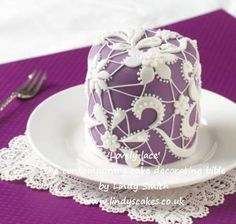 'Lovely lace' mini cake from Lindy Smith's 'Contemporary cake decorating bible' book