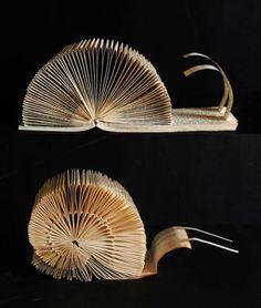 Sculpture en pages de livre représentant des escargots, réalisées par Clara Maffei