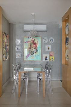 Apartamento no Leblon. Cimento queimado, Cores vivas. Home Interior Design, Interior Decorating, Dinner Room, My Ideal Home, Kitchen Dinning, Little Houses, Fine Dining, Small Spaces, Small Apartments