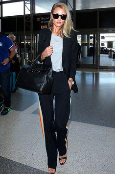 Rosie Huntington-Whiteley - all black - listra lateral - verão - aeroporto   A calça esportiva forma um hi-lo incrível com a sandália de tiras e o blazer.