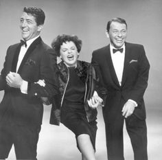 To celebrate Dean Martin, who was born on this date in here' s a candid photo from the L. Times files of Dino, Frank Sinatra and Judy Garland having a swell time performing. Old Hollywood Stars, Vintage Hollywood, Classic Hollywood, Jazz, Jerry Lewis, Dean Martin, Judy Garland, Classic Movies, American Singers