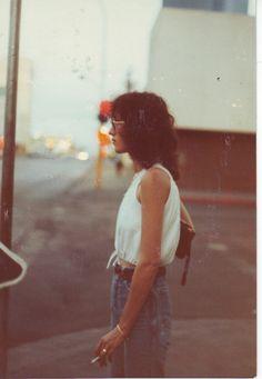 Débardeur loose blanc + mom jeans + centure et sac en cuir = Tenue basique