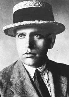 """Oswald de Andrade (1890-1954) escreveu o """"Manifesto Antropofágico"""", em que propôs que o Brasil devorasse a cultura estrangeira e criasse uma cultura revolucionária própria.  Fotografia: Wikimedia Commons."""