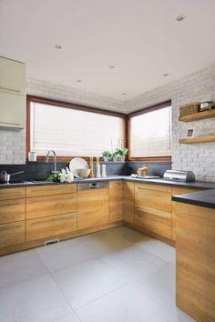 Kuchenna zabudowa w?kształcie litery U zapewnia dużo schowków i wygodne miejsce do?pracy. Szafki z płyty imitującej drewno jesionu są przykryte laminowanym blatem udającym beton. Takim samym materiałem zabezpieczono ściany tuż nad blatem; resztę obłożono pomalowanymi na biało klinkierowymi płytkami. Kitchen Room Design, Best Kitchen Designs, Modern Kitchen Design, Living Room Kitchen, Kitchen Decor, Kitchen Cabinets Models, Wooden Kitchen Cabinets, Kitchen Furniture, Kitchen Models