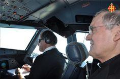 Cardenal Sistach a la cabina del comandant de l'avió