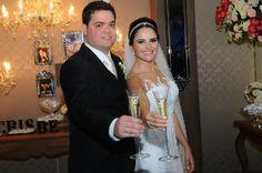 Casamentos Reais: confiram a cerimônia de Cristiane e Bernardo, que decidiram economizar na festa de casamento e optaram por um bolo com champagne.
