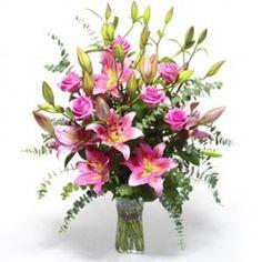 Un mazzo di rose e lilium... armonia in ogni sfumatura di colore.
