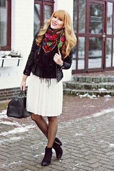 Tendance, le foulard vintage russe, le grand foulard à motifs floraux colorés et grosses fleurs. Découvrez les foulards de Russie au style rétro chic.