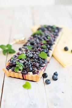 An einem sonnigen Tag gibt es fast nichts besseres als ein fruchtiges Stück Tarte. Es muss reichlich mit Obst belegt sein so nach dem Moto: Sooooo viel es drauf passt! Einfach nur Obst auf einem Tar