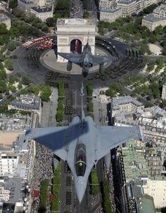 STRANGE MILITARY FLYBYS! FRENCH AIR FORCE MIRAGE FIGHER JETS MAKE LOW PASS OVER ARCH BE TRIUMPH! - COOL SHOT