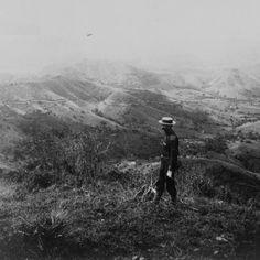 Vista de la carretera central San Juan - Ponce. Soldado en guardia (sombrero Pra-Pra) en las montañas de Aibonito, Puerto Rico (1898)