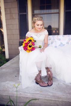 #amandatranbargerphotography #sunflowers #bride #cowgirlboots #zyntangofarm #farmhouse #barnwedding