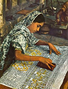 Block printing, in India - L'Inde par Joe David Brown, et les éditeurs de Life, 1962 Textile Prints, Textile Design, Textile Art, Fabric Design, Religions Du Monde, Fashion Bubbles, Indian Block Print, Indian Textiles, Indian Fabric