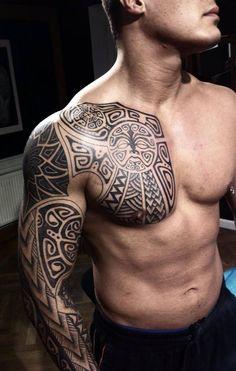 Maori no peito e em todo braço – Fotos de Tatuagens